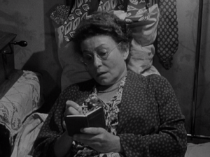 Moe (Thelma Ritter) tallies her small earnings.